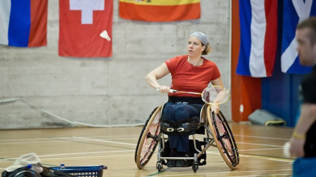 Die Rollstuhl-Badminton-Spielerin während eines Spiels.