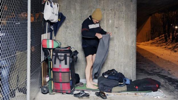 Obdachlose haben es im Winter besonders schwer (das Bild zeigt einen Randständigen in Zürich).