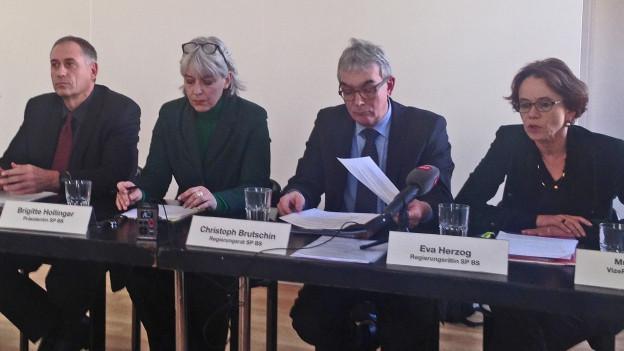 SP-Präsidentin Brigitte Hollinger mit den SP-Regierungsmitgliedern
