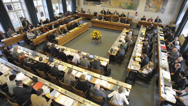 Blick von der Tribüne auf den besetzten Landratssaal