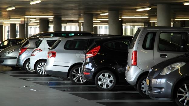 Autos in einem Parkhaus