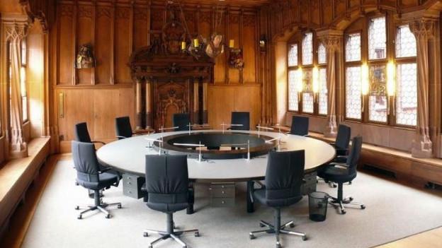 Stühle stehen um einen runden Tisch