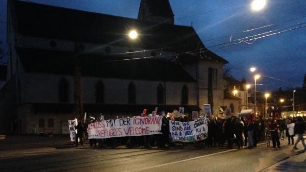 Der unbewilligte Demonstrationszug bewegt sich Richtung Grossbasel.