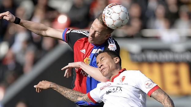 Der Basler Marc Janko trifft den Ball