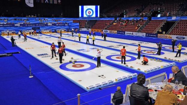 Zum Schutz der empfindlichen Eisbahnen ruhen die Bauarbeiten wärend der Curling WM in Basel.