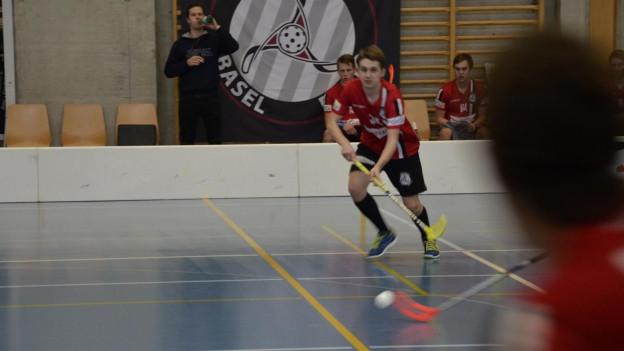 Ein Spieler von Unihockey Basel Regio greift an