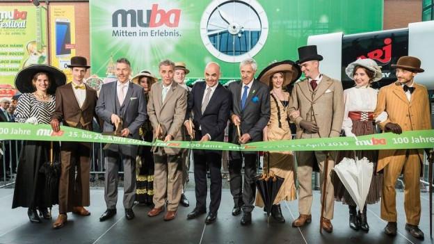 Versammelte Prominenz beim der Muba-Eröffnung.