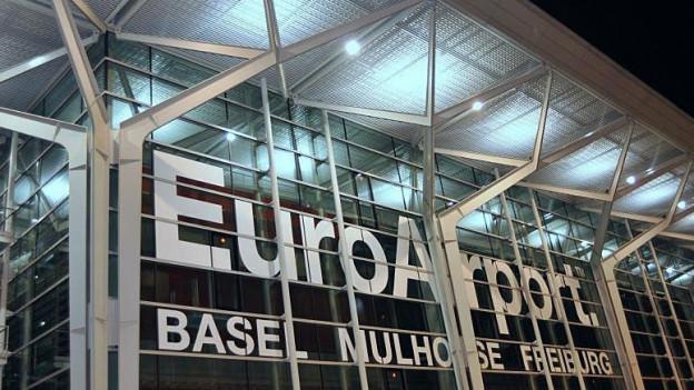 Blick auf die Aussenfassade des Flughafen Euroairport Basel, Mulhouse, Freiburg.