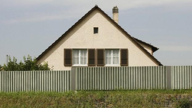 Lärmschutzwand vor Einfamilienhaus