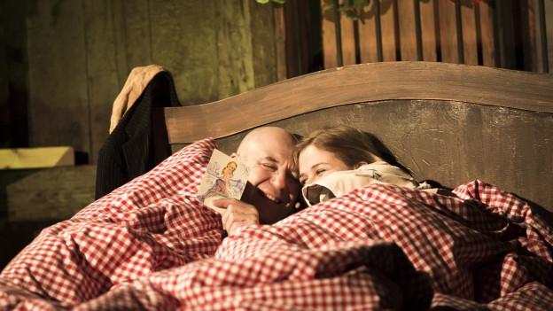 Zwei Menschen liegen in einem Bett