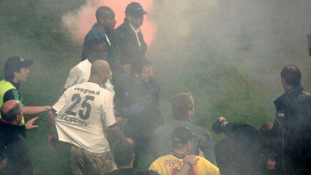 Spieler, Chaoten und Sicherheitskräfte in Nebelschwaden