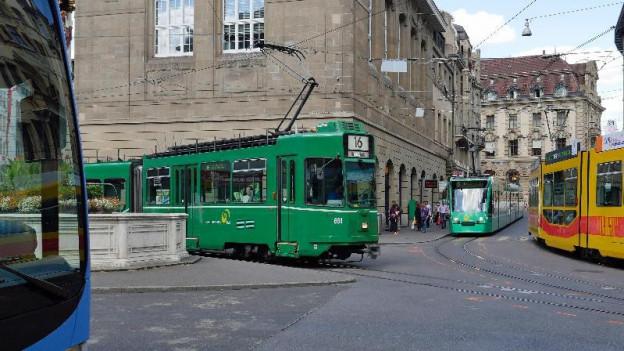 Bus und Trams an der Schifflände in Basel
