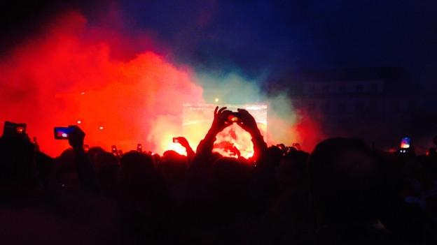 Liverpool Fans vor der Grossleinwand auf dem Barfi