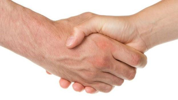 zwei Hände, die sich drücken