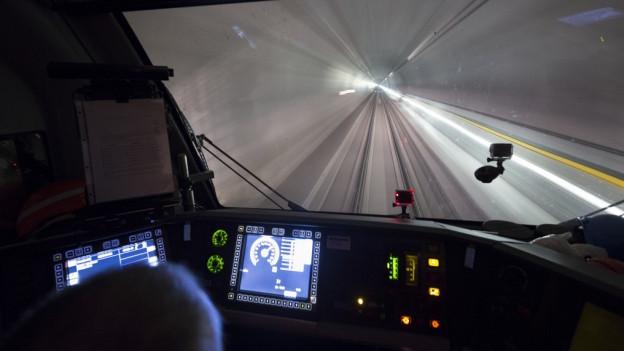 Ein Testzug fährt durch den neuen Gotthard-Basistunnel