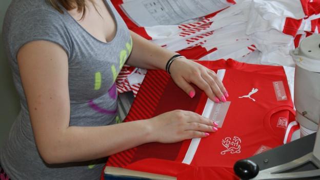 Frau beim Bedrucken eines Shirts