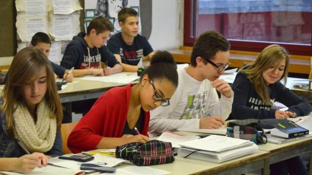 Romands und Deutschschweizer sitzen in der zweisprachigen Klasse abwechselnd in den Rängen.