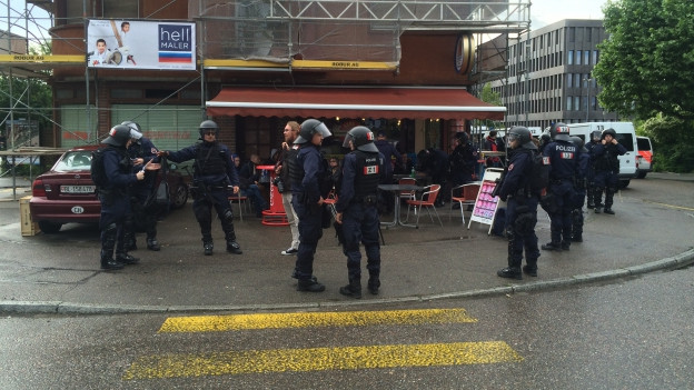 Polizei steht vor einem Imbiss-Restaurant