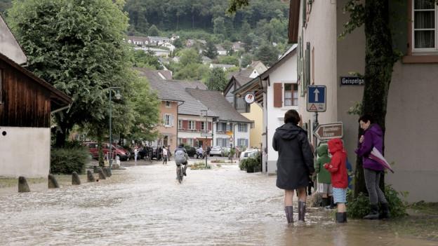 Ueberflutete Strasse in Muttenz