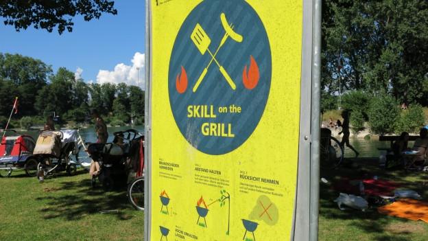 Plakate zeigen, wie Grillieren richtig geht.