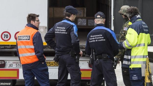 Grenzwächter kontrollieren einen Lastwagen