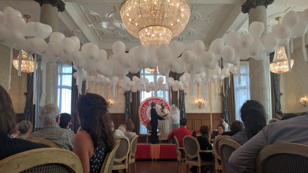 Alte und junge feiern Hochzeit