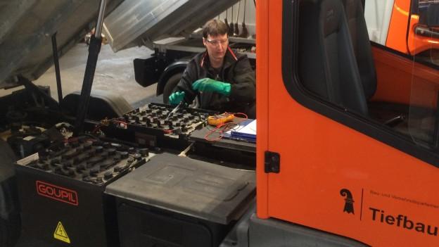 Kleiner Lastwagen mit Batterien