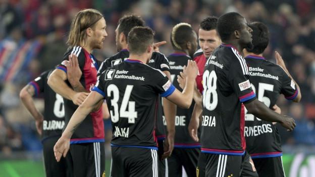 Jubelnde Basler beim Sieg gegen den FC Luzern.