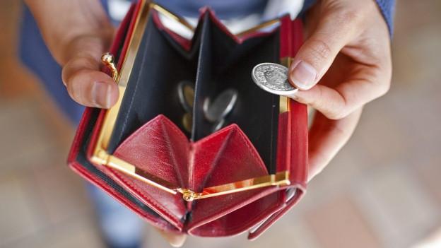 Hand hält offenes Portemonnaie