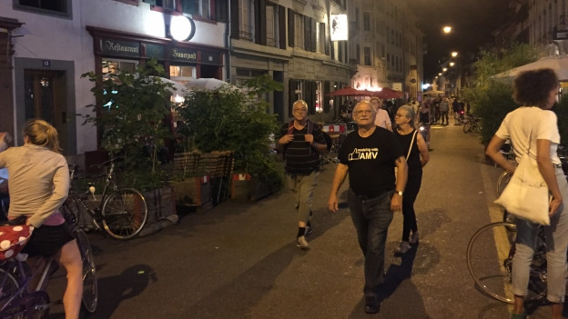 Bild in Lightbox öffnen. Bildlegende: In der Rheingasse gilt derzeit: Um 22 Uhr müssen die Boulevardrestaurants schliessen.