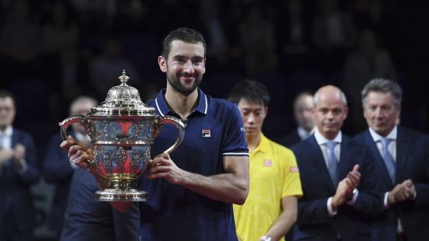 Sieger Cilic zeigt den Pokal