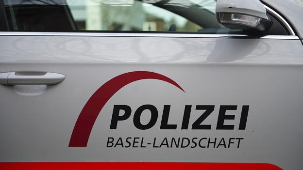 Polizeifahrzeug mit Schriftzug