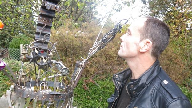 Markus Zaugg vor seiner Messie-Skulptur
