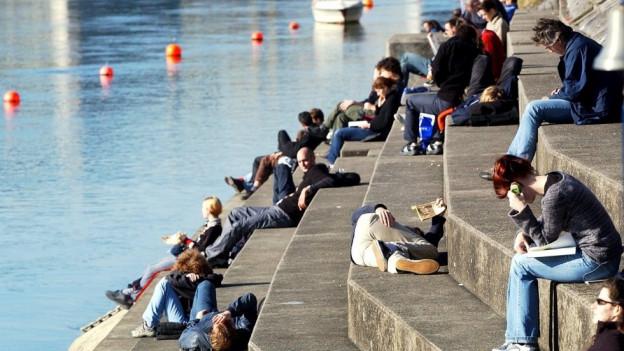 Junge Leute am Basler Rheinbord