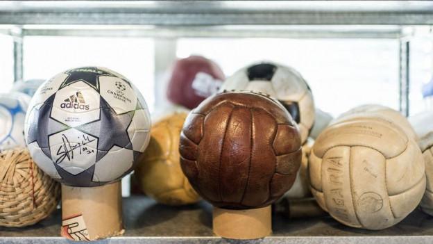Sammlung von verschiedenen Sport-Bällen im Museum
