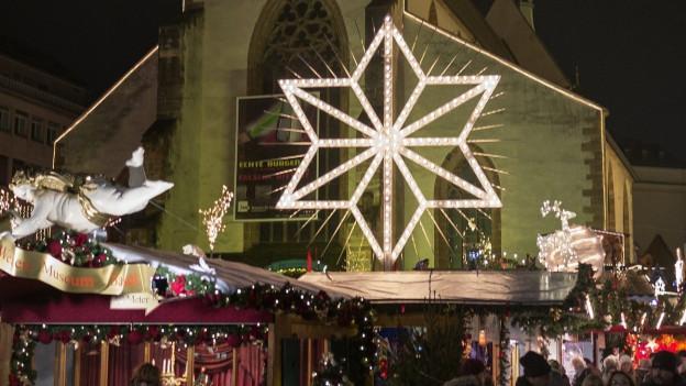 Blick auf den Basler Weihnachtsmarkt auf dem Barfüsserplatz