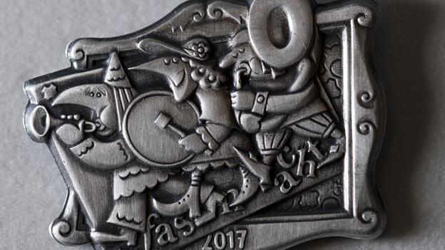 Die silbrige Basler Plakette 2017