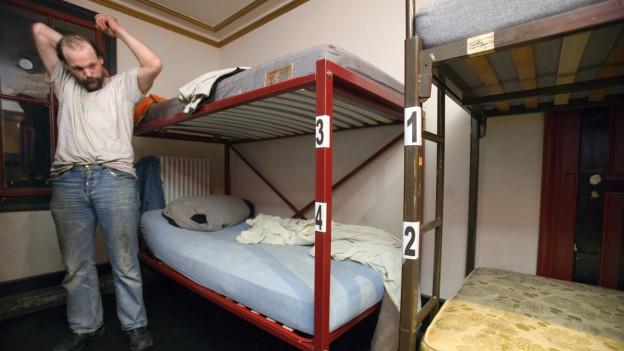 Mann in Mehrbettzimmer