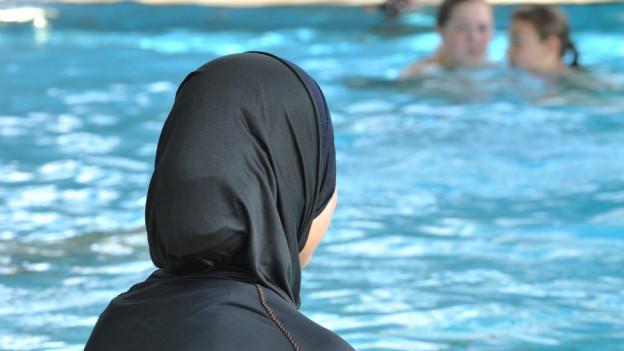 Mädchen im Burkini, von hinten