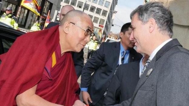 Regierungspräsident Guy Morin beim Empfang von Dalai Lama.