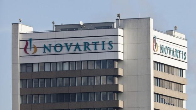 Das Firmenlogo von Novartis an einem Hochhaus