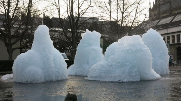 Den Eisskulpturen geht es an den Kragen, mit Motorsägen.