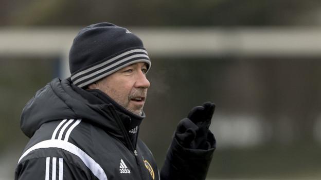 FCB-Trainer Urs Fischer muss sich warm anziehen.
