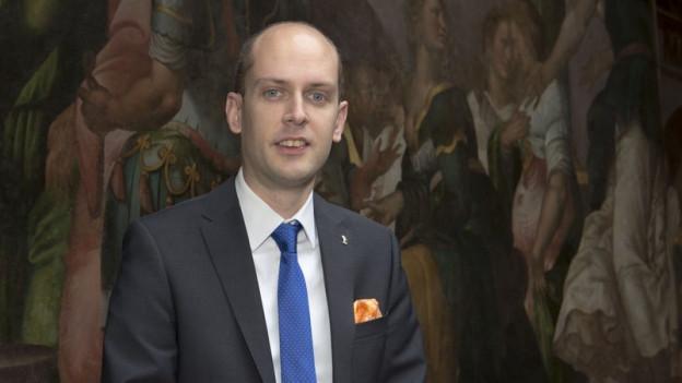 Joel Thuering posiert als Statthalter im Rathaus