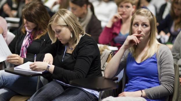 Die Studentinnen und Studenten befürchten einen Schaden für die Uni.