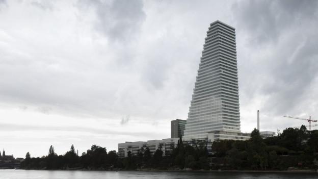 Blick auf den Roche-Turm in Basel