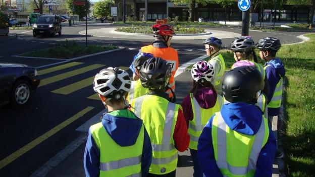 Kinder mit gelben Verkehrsjacken