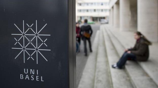 Das Logo der Universität Basel vor dem Kollegienhaus