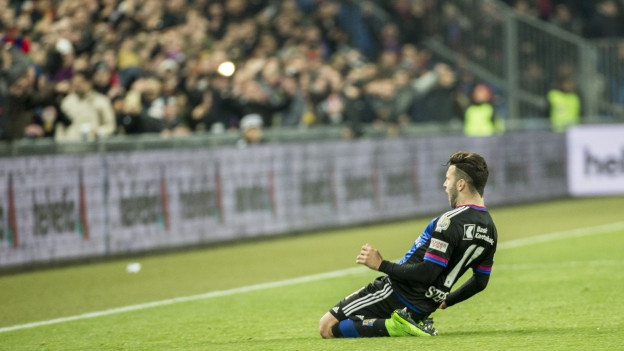 Renato Steffen bejubelt das 3:1 vor den FCB-Fans.