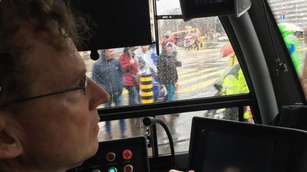 Beat Leuthardt fährt an der Fasnacht Tram
